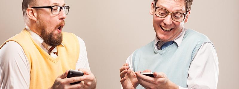 Zwei Nerds mit Smartphone
